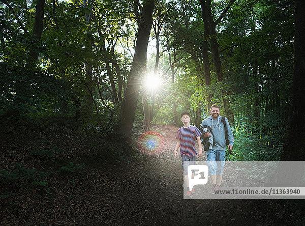 Vater und Sohn gehen im Wald spazieren