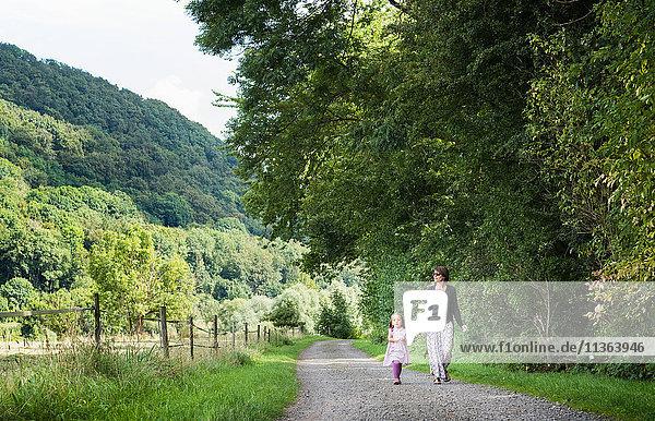Mutter und Tochter zu Fuß auf der Landstraße  Porta Westfalica  Nordrhein-Westfalen  Deutschland