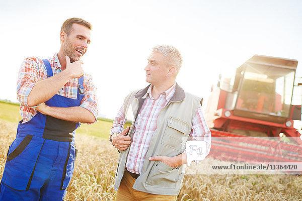 Landwirte im Weizenfeld beim Plaudern