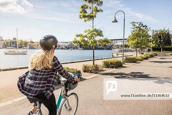 Frau radelt entlang der Uferpromenade  Vancouver  Kanada
