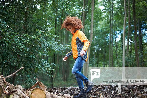 Frau geht im Wald spazieren