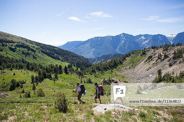 Wanderer  die durch das Tal wandern  Verzauberungen  Alpine Lakes Wilderness  Washington  USA