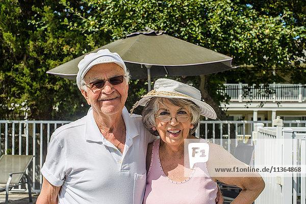 Glückliches älteres Ehepaar im Urlaub in der Sonne