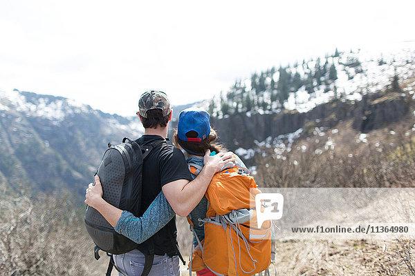 Paar stehend  Blick auf Ansicht  Rückansicht  Silver Star Mountain  Washington  USA