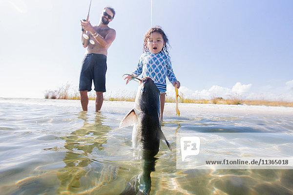 Tochter beobachtet Vater beim Fischfang im Meer  Fort Walton Beach  Florida  USA