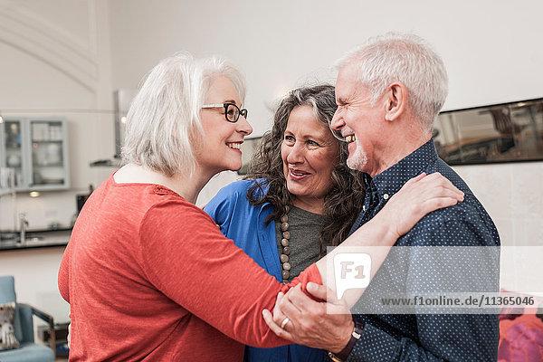 Glückliche Senioren chatten zu Hause