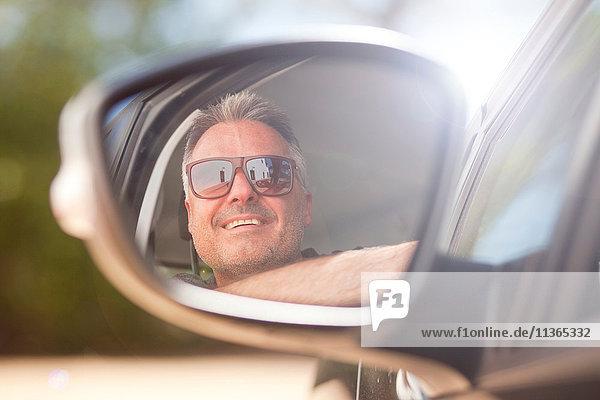 Mann schaut aus dem Autofenster
