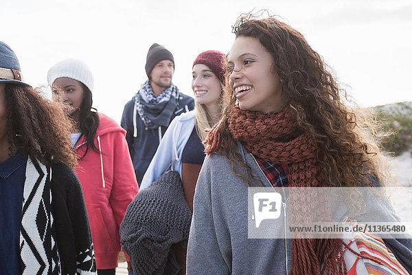 Fünf junge erwachsene Freunde spazieren am Strand entlang  Western Cape  Südafrika