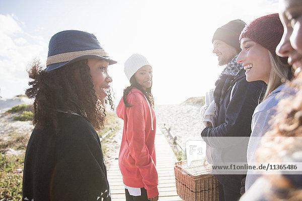 Junge erwachsene Freunde beim Plaudern an der Strandpromenade  Western Cape  Südafrika