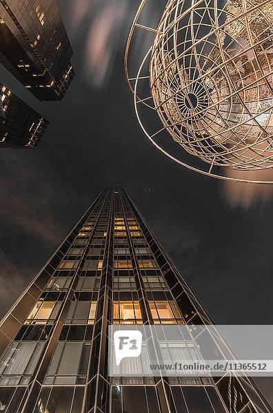 Weltkugel-Skulptur in der Nähe des Central Park am Columbus Circle  Blick aus niedrigem Winkel  New York City  USA