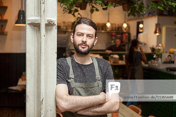 Portrait des jungen männlichen Cafébesitzers im Cafe