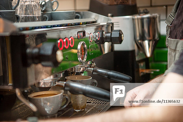 Ein Schuss Barista  der Kaffee im Café zubereitet.