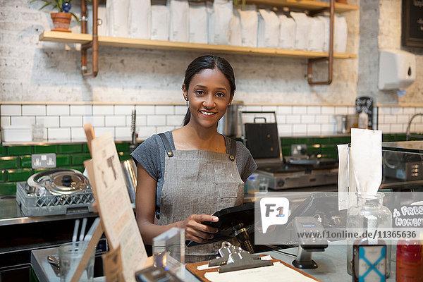 Portrait der Barista-Frau in der Café-Küche