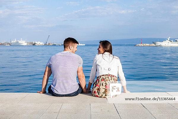 Rückansicht des am Hafen sitzenden Paares  Split  Dalmatien  Kroatien