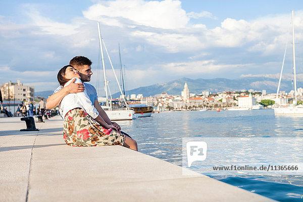 Junges Paar am Hafen  Split  Dalmatien  Kroatien