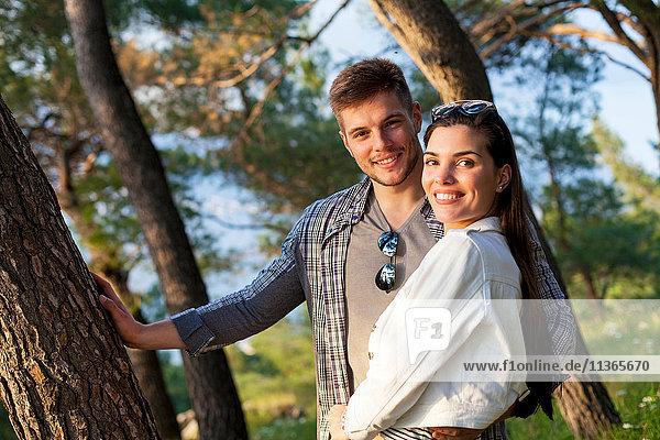 Porträt eines jungen Paares im Wald  Split  Dalmatien  Kroatien