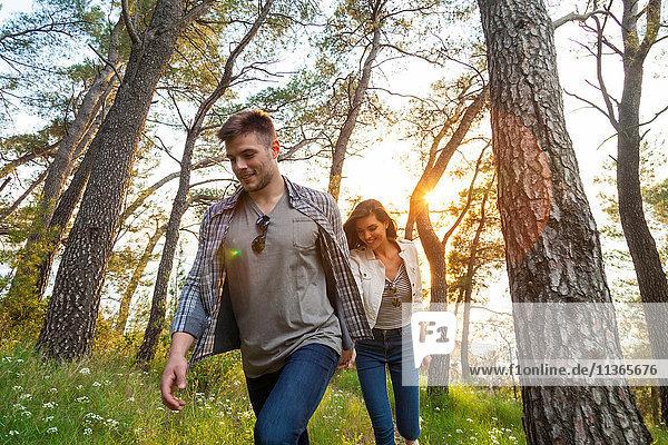 Junges Paar beim Spaziergang im Küstenwald  Split  Dalmatien  Kroatien