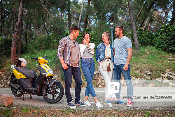 Zwei Paare mit Moped beim Plaudern auf der Landstraße  Split  Dalmatien  Kroatien