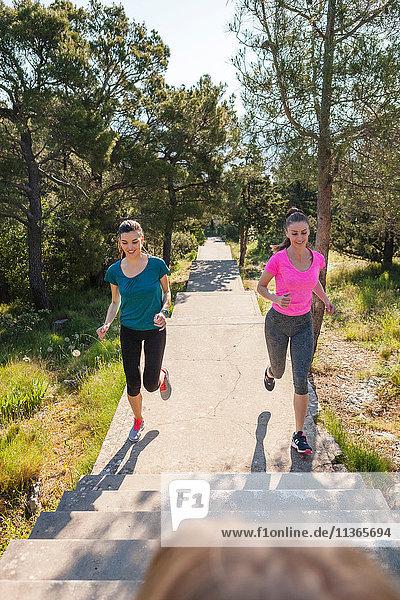 Zwei Läuferinnen laufen im Park  Split  Dalmatien  Kroatien