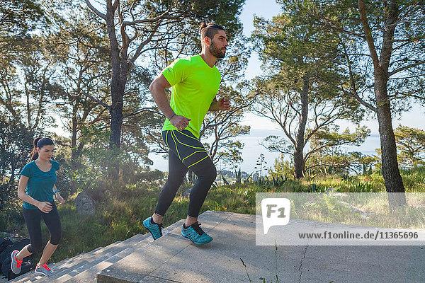 Männliche und weibliche Läufer laufen die Parktreppe hinauf  Split  Dalmatien  Kroatien
