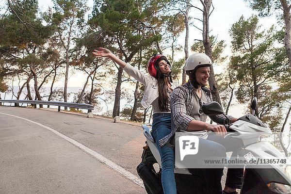 Moped fahrende Paare auf der Landstraße  Split  Dalmatien  Kroatien