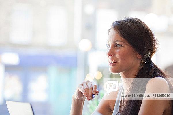 Geschäftsfrau beim Treffen in der Kaffeebar  London