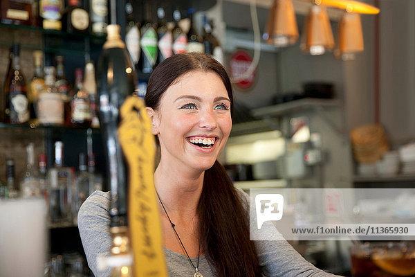 Barkeeper serviert Getränke im Pub  London