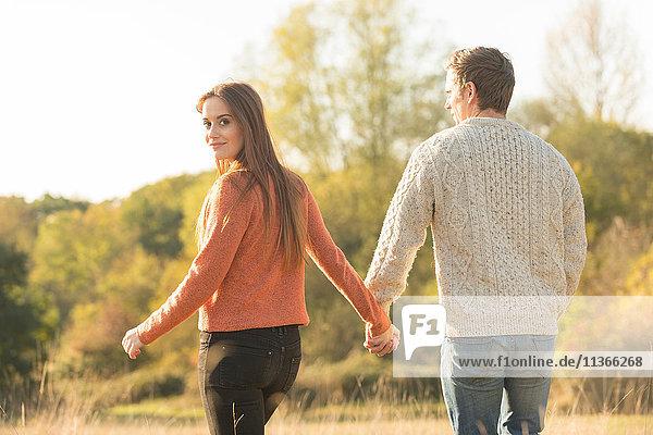 Junges Paar beim Spaziergang in ländlicher Umgebung