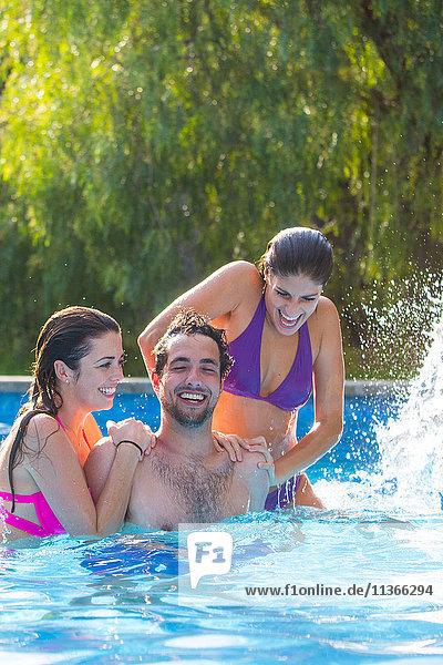 Freunde albern im Schwimmbad herum