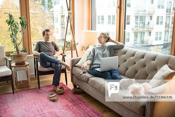 Mittleres erwachsenes Paar entspannt im Wohnzimmer