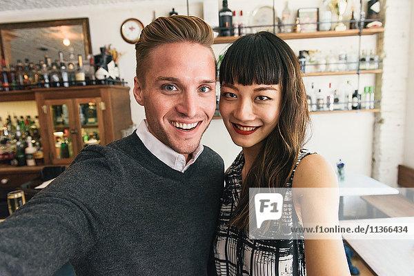 Junges Paar beim Selbermachen in der Cocktailbar