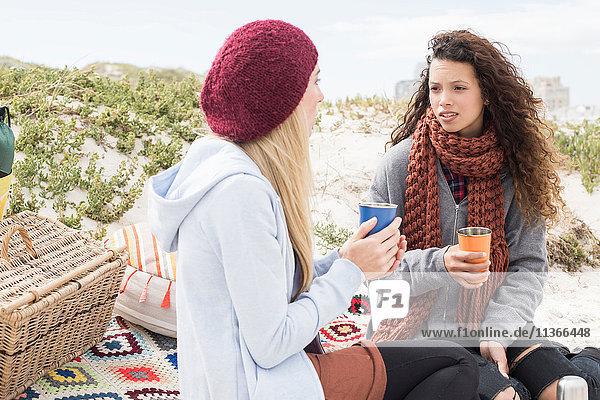 Zwei junge Frauen unterhalten sich beim Strandpicknick  Western Cape  Südafrika