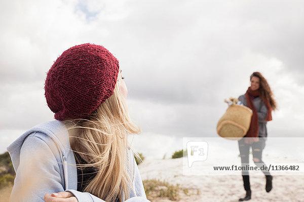 Junge Frau kommt mit Picknickkorb am Strand an  Western Cape  Südafrika