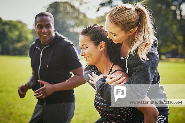 Personal Trainerin zur Förderung von zwei Frauen im Park