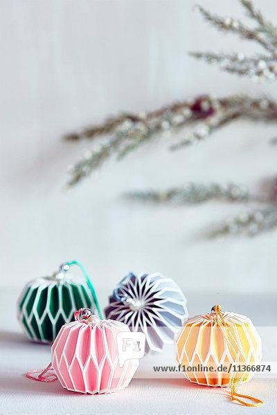 Bunte Weihnachtskugeln mit farblich abgestimmtem Band