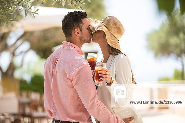 Ein Paar küsst sich bei der Ankunft im Boutique-Hotel  Mallorca  Spanien