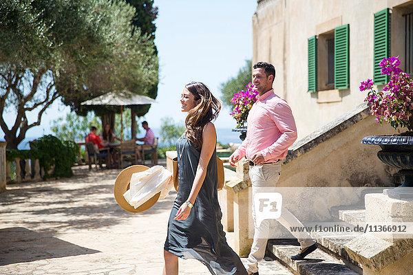 Ehepaar auf der Treppe eines Boutique-Hotels  Mallorca  Spanien