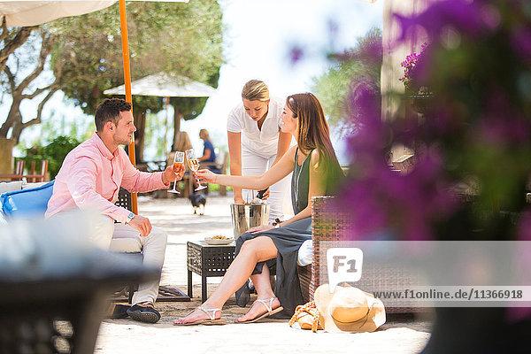 Ehepaar beim Champagner-Toast auf der Terrasse eines Boutique-Hotels  Mallorca  Spanien