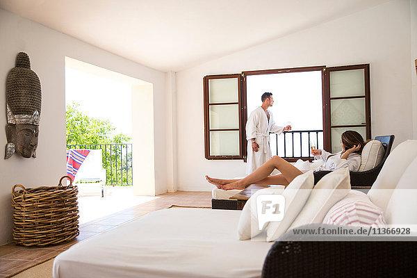 Paar mit Champagner in einer Boutique-Hotelsuite  Mallorca  Spanien