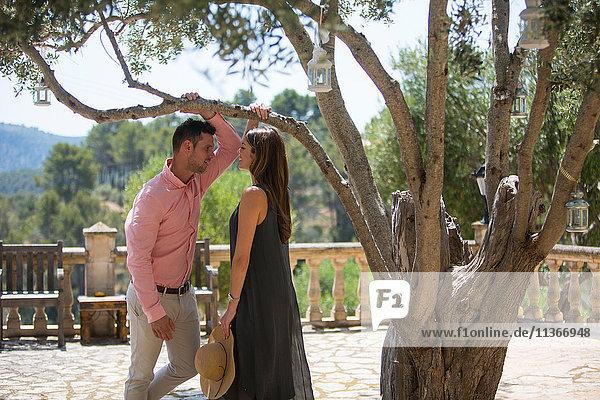 Ehepaar unterhält sich im Garten des Boutique-Hotels,  Mallorca,  Spanien