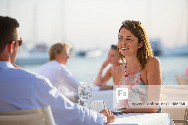 Pärchen beim Plaudern im Restaurant am Wasser  Mallorca  Spanien