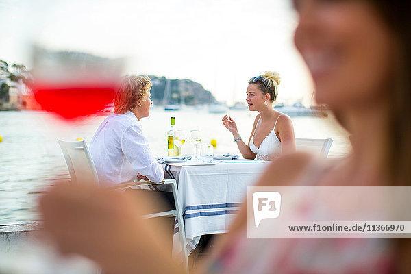 Hintergrundansicht eines jungen Paares in einem Restaurant am Wasser  Mallorca  Spanien