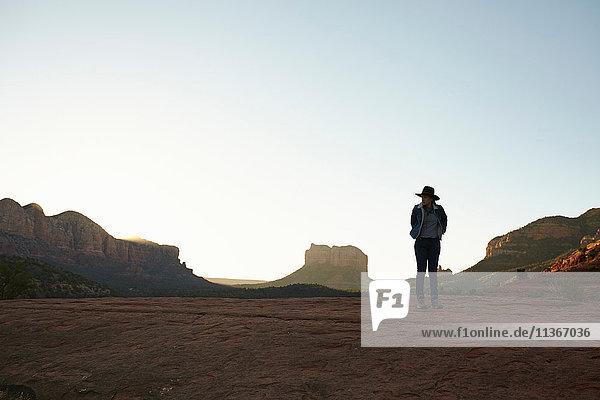 Frau steht in der Wüste und schaut auf Aussicht  Sedona  Arizona  USA