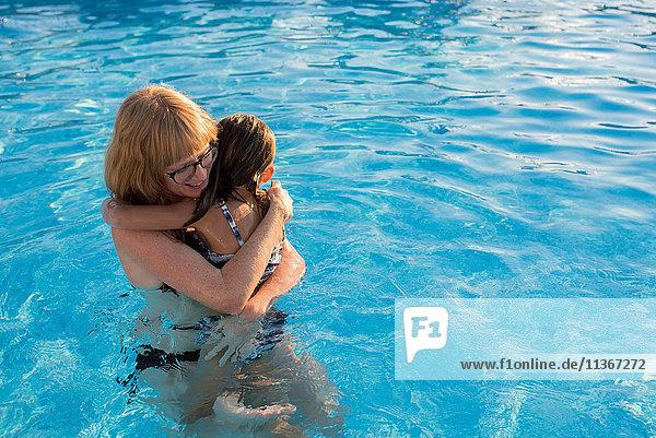 Mutter und Tochter im Schwimmbad,  umarmend
