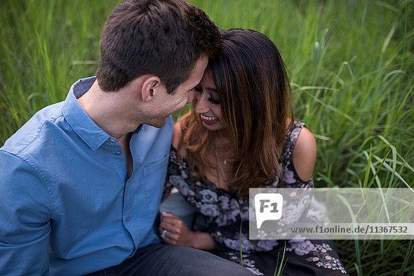 Glückliches Paar auf Rasen