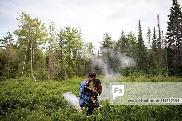 Paarumarmung auf Grasfeld  Ottawa  Ontario