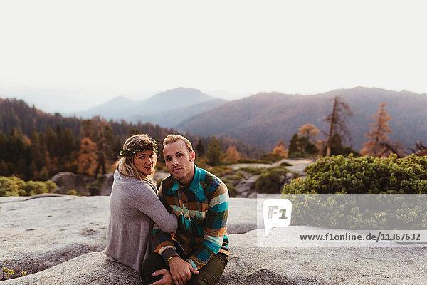 Auf Felsen in den Bergen sitzendes Ehepaar  Sequoia-Nationalpark  Kalifornien  USA