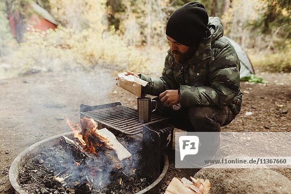 Männlicher Wanderer bei der Kaffeezubereitung am Lagerfeuer  Mineral King  Sequoia-Nationalpark  Kalifornien  USA