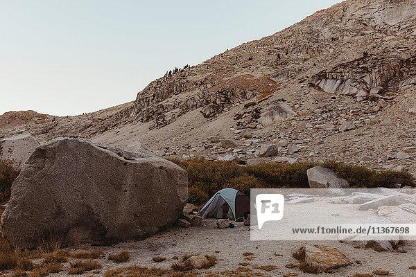 Kuppelzelt in felsiger Landschaft  Mineral King  Sequoia-Nationalpark  Kalifornien  USA