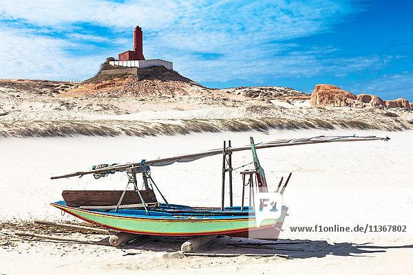 Fischerboot und Leuchtturm am Strand  Fortim  Ceara  Brasilien